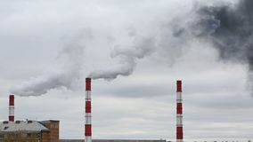 O fumo preto vem da tubulação Rede da energia calorífica CHP filme