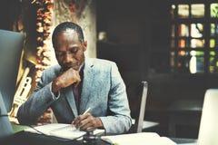 O funcionamento africano do homem determina o conceito do estilo de vida do espaço de trabalho Fotografia de Stock