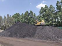 O funcionamento da máquina escavadora na armazenagem de carvão, carvão do nível superior imagens de stock