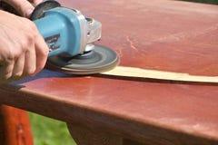 O funcionamento de madeira de lixamento do carpinteiro da tabela Imagens de Stock