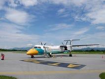 O funcionamento do trabalhador do grupo prepara o plano e as ferramentas para a decolagem dos aviões fotografia de stock royalty free