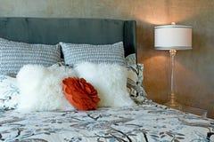 O fundamento preto e branco luxuoso ajustou-se na cama Fotografia de Stock