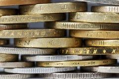 O fundo é formado por moedas Imagens de Stock