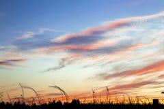 O fundo é natural Paisagem Uma SK azul-alaranjada bonita fotos de stock