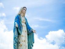O fundo abençoado do céu azul de Mary Statue do Virgin Fotos de Stock Royalty Free