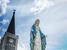 O fundo abençoado do céu azul de Mary Statue do Virgin Imagem de Stock