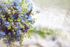 O fundo abstrato com as flores selvagens azuis e brancas brilhantes abstrai o fundo com as flores selvagens azuis e brancas brilh foto de stock royalty free