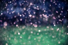 O fundo abstrato com bokeh de incandescência da chuva deixa cair Fotografia de Stock
