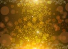 O fundo abstrato elegante com sparkles do brilho do ouro irradia o bokeh e as estrelas das luzes Fundo festivo do Natal do ouro Fotografia de Stock Royalty Free