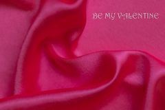 O fundo abstrato, rippled a seda cor-de-rosa e o texto romântico imagem de stock royalty free