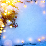 O fundo azul do Natal com a árvore de abeto da neve e os feriados iluminam-se Fotografia de Stock