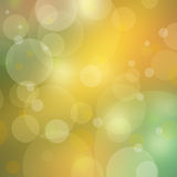 O fundo bonito do bokeh ilumina-se no ouro borrado e em cores verdes Imagem de Stock Royalty Free