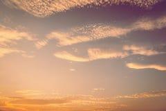 O fundo bonito do por do sol do céu adiciona o filtro do vintage fotos de stock