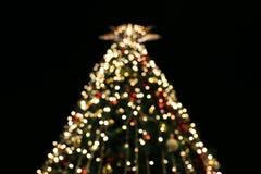 O fundo borrado da decoração da árvore de Natal com noite ilumina-se, celebração do feriado do Natal, árvores de Natal, uma vitór Fotos de Stock
