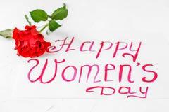 O fundo branco com cumprimentos e aumentou Conceito de mulheres felizes Imagem de Stock Royalty Free