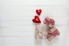O fundo com caixas de presente e corações no branco pintou o pl de madeira Imagens de Stock Royalty Free