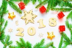 O fundo 2018 com 2018 figuras, Natal do ano novo brinca, abeto ramifica - a composição 2018 do ano novo Fotografia de Stock
