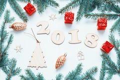 O fundo 2018 com 2018 figuras, Natal do ano novo brinca, a composição 2018 ramo-nova do ano do abeto azul Fotos de Stock Royalty Free