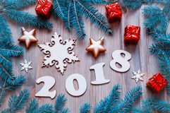 O fundo 2018 com 2017 figuras, Natal do ano novo feliz brinca, ramos de árvore azuis do abeto Composição 2018 do ano novo Imagens de Stock