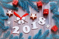 O fundo 2018 com 2017 figuras, Natal do ano novo feliz brinca, ramos de árvore azuis do abeto Vida do ano novo 2018 ainda Imagem de Stock