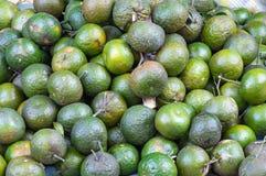 O fundo com o fruto das laranjas doces crescido nos trópicos peça 7 foto de stock royalty free