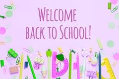 O fundo cor-de-rosa com os vários acessórios da escola é apresentado sob a forma de um arco-íris imagem de stock royalty free
