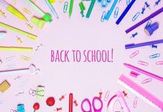 O fundo cor-de-rosa com os vários acessórios da escola é apresentado sob a forma de um arco-íris imagens de stock royalty free
