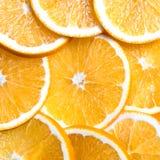 O fundo cortado das laranjas, fruto fresco brilhante cortou mesmo em fatias Fotografia de Stock
