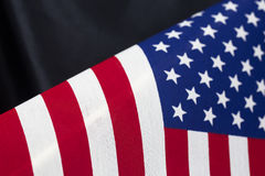 O fundo da bandeira dos Estados Unidos embandeira o teste padrão contra o cetim preto Imagens de Stock