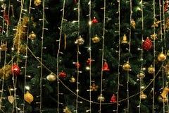 O fundo da decoração da árvore de Natal com noite ilumina-se, celebração do feriado do Natal, árvores de Natal, um inverno europe Imagem de Stock