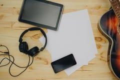 O fundo da mesa de escritório, écran sensível escrito mão no PC da tabuleta, fones de ouvido que gravam a cena projeta o conceito Imagens de Stock