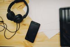 O fundo da mesa de escritório, écran sensível escrito mão no PC da tabuleta, fones de ouvido que gravam a cena projeta o conceito Foto de Stock Royalty Free