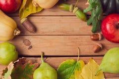 O fundo da natureza do outono com queda frutifica, abóbora e folhas Fotografia de Stock