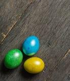 O fundo da Páscoa com galinha colorida eggs em placas cinzentas idosas Fotografia de Stock