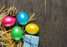 O fundo da Páscoa com galinha colorida eggs em placas cinzentas idosas Fotos de Stock Royalty Free