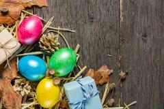 O fundo da Páscoa com galinha colorida eggs em placas cinzentas idosas Imagens de Stock Royalty Free