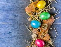 O fundo da Páscoa com galinha colorida eggs em placas cinzentas idosas Imagem de Stock Royalty Free