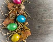 O fundo da Páscoa com galinha colorida eggs em placas cinzentas idosas Imagem de Stock