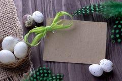 O fundo da Páscoa com verde de pano de serapilheira dos ovos da páscoa empluma-se a fita e o espaço verdes para o texto Imagem de Stock Royalty Free