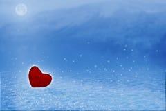 O fundo da paisagem do inverno com neve, as montanhas e a lua de brilho em cores frias fotografia de stock