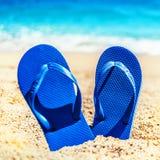 O fundo da praia das férias de verão com falhanços de aleta em um tropical seja Imagem de Stock