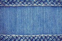 O fundo da textura da sarja de Nimes, calças de brim trançou a beira da correia Fotografia de Stock Royalty Free
