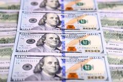 O fundo das contas novas de cem-dólar dos E.U. pôs no circula Fotografia de Stock Royalty Free