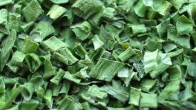 O fundo das especiarias fecha-se acima do giro, cebolas verdes secadas vídeos de arquivo