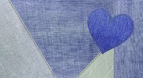 O fundo de calças de ganga e um coração das calças de brim Foto de Stock