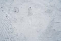 O fundo de madeira é coberto com a pintura cinzenta com listras caóticas imagens de stock