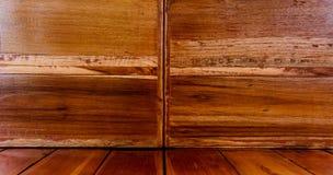 O fundo de madeira é marrom imagens de stock