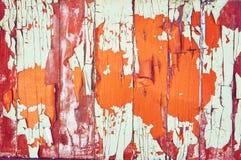 O fundo de madeira é pintado branco, alaranjado e marrom com quebras e riscos abstraia o fundo imagens de stock