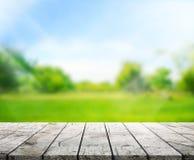O fundo de madeira do tampo da mesa e 3d verdes rendem Foto de Stock
