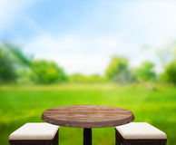 O fundo de madeira do tampo da mesa e 3d verdes rendem Fotos de Stock